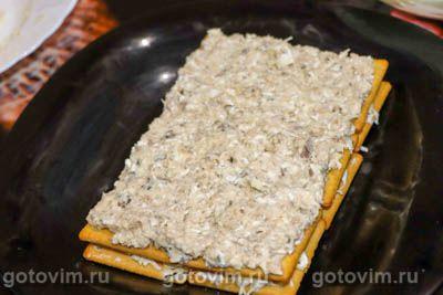 Закусочный торт с консервами, сыром и крекерами