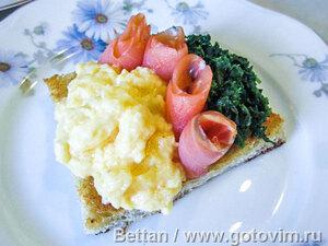 Закуска с яичницей-болтуньей, шпинатом и копченой семгой