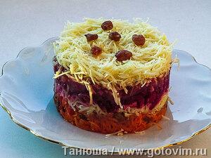 Слоеный салат «Изюмительный» из свеклы, моркови и сыра с медово-горчичный заправкой