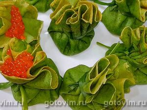 Зеленые блины с начинкой из сыра и селедки