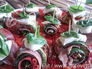 Рулетики из цуккини с ветчиной на томатной подушке
