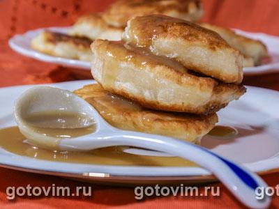 Оладьи и карамельный соус с коричневым сахаром brown&white
