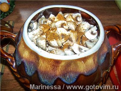 Мясо с грибами и сыром в горшочках
