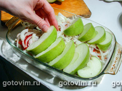 Куриные окорочка, запеченные с яблоками и луком