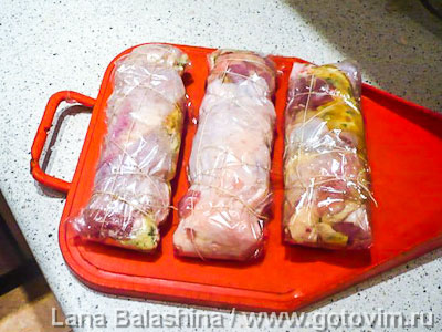 Отварные рулетики из курицы с омлетом