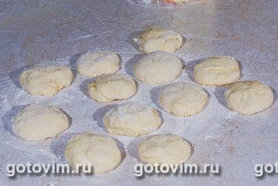 Пирожки с форелью и луком пореем