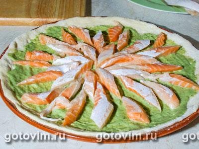 Пицца с песто и рыбной начинкой