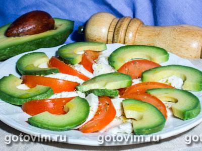 Трехцветный салат из авокадо с моцареллой