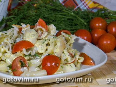 Макаронный салат с копченой рыбой