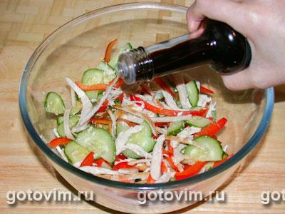 Салат из свежих овощей с курицей и омлетом
