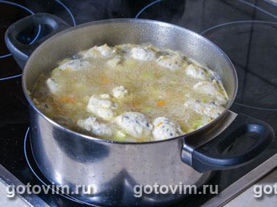 Куриный суп с клецками, сельдереем и кабачками