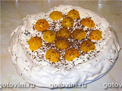 Торт безе ореховый со взбитыми сливками и абрикосами